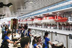 和太鼓部 神戸港で外国客船の歓送演奏のサムネイル