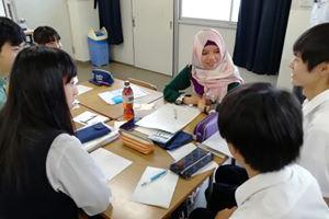 留学生が国際交流 明石商業高校生とグループワークなどのサムネイル