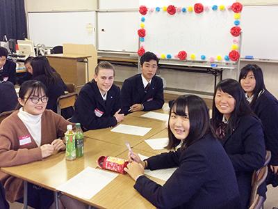 留学生が明石商業高校を訪問 異文化交流プログラムを実施のサムネイル