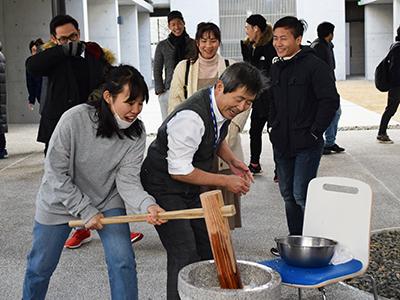 国際交流施設学生寮 新春餅つき大会のサムネイル