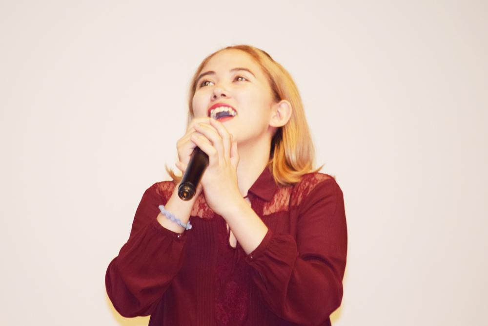留学生が歌を披露