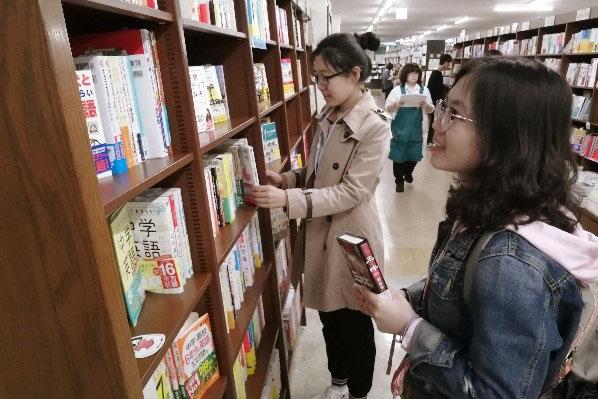 """『選書ツアー』で真剣に選んだ """"みんなに読んでほしい本"""" が図書館に!のサムネイル"""