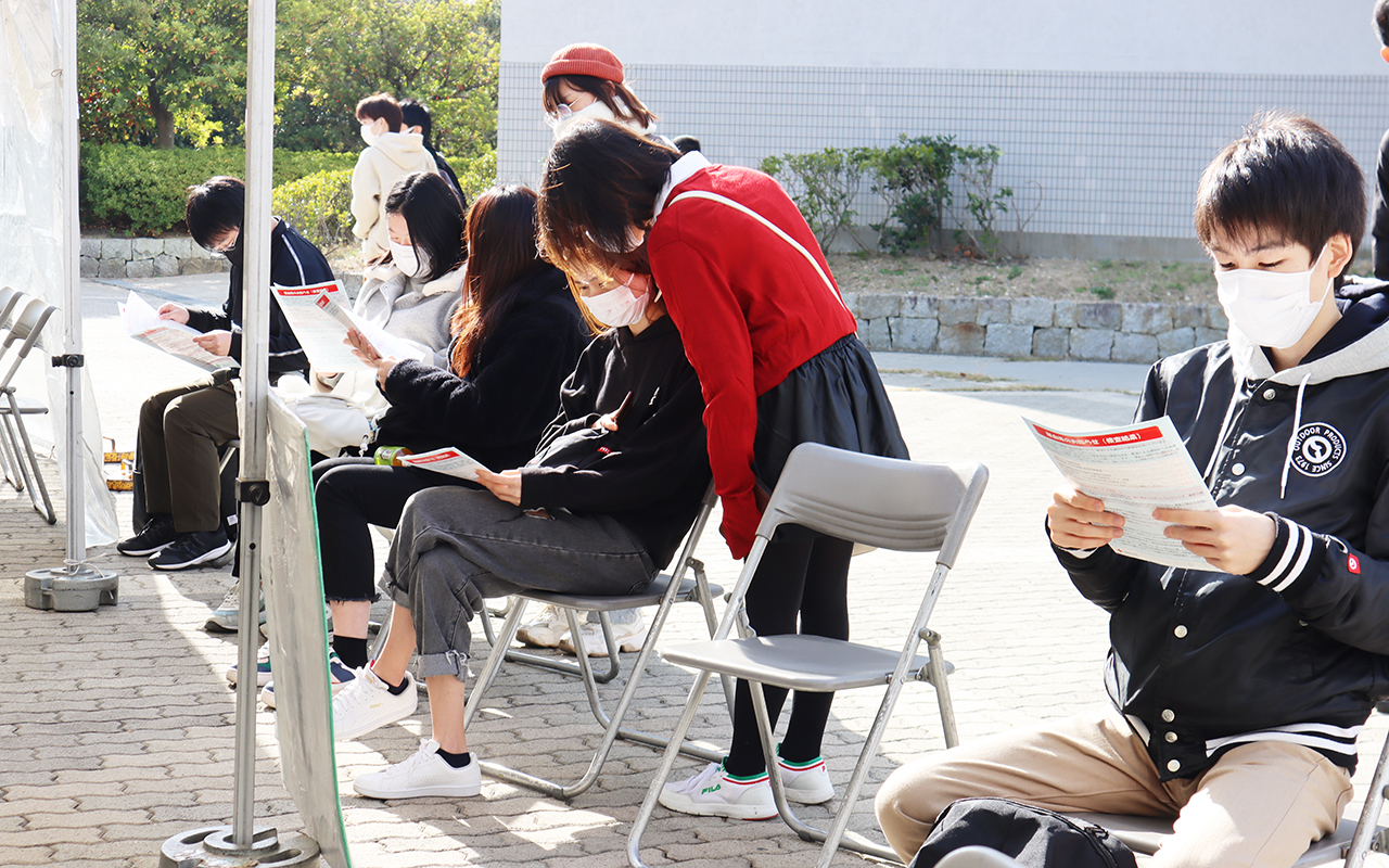 献血を待つ学生