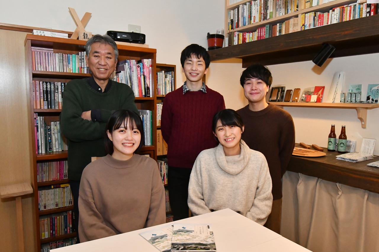 後列左から、磯崎さん、柴垣さん、高橋さん 前列左から、堀下さん、金﨑さん