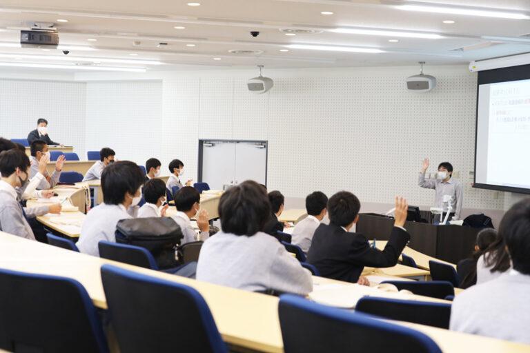 西宮今津高校の生徒約20名が大学見学で、経済学の講義を聴講のサムネイル